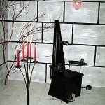 Scaunul de care a fost legat sclavul Doamnei in rochie din PVC